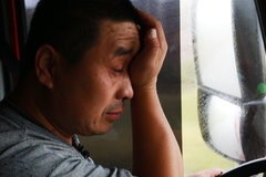 年过五十的他哭了 拎着脑袋养家的卡车司机外表坚强心里苦