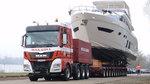 是不是有点酷!重卡牵引液压平板挂车运输大型豪华游艇