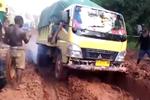 车轮都摩擦冒烟了 非洲货车司机完全不把轮胎当回事
