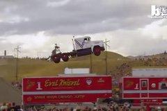 卡车特技大赛诞生两项世界纪录 半挂车飞跃51米