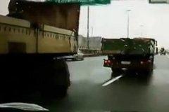 大货车突然左拐变道, 逼得后面的货车差点扭成了麻花