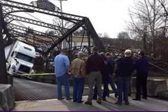 """女司机开着货车把大桥震塌了, 交警看到后大喊""""卧槽"""""""