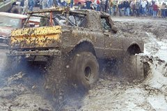 在泥塘里都能把卡车当船开,老司机惊呼:这车质量真的