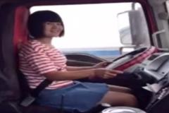 都说女司机开挂车不行,看看这女司机再说话