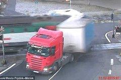 这个司机太惨了,眼睁睁的看着自己的爱车被撞碎,真让