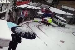 路面积雪车辆打滑 撞飞执勤交警!