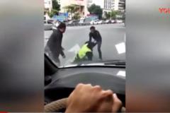 猖狂! 2男子当街挥拳围殴执勤交警