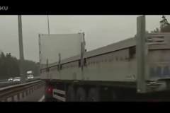 大货车成功救下两辆小轿车, 这么稳, 果然是老司机!