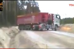 看10米长的大货车如何在5米宽的马路掉头, 老司机都觉得不可能!