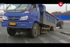 太惨了,轿车把大货车后腿都撞断了!