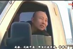 开奔驰仗着自己有钱欺负货车司机,最后竟给货车司机下跪.