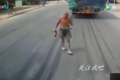 卡车司机突然被手里拿着砖头的老大爷拦下,这是要干啥