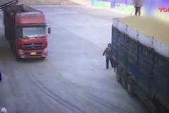 监控拍下恐怖一幕, 货车倒车把清洁阿姨撞倒压在车下!