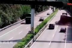 小轿车这是有多快的速度, 竟能把大货车给撞飞!