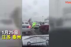 正能量!风雪里,交警为车主擦去车窗积雪,点赞!