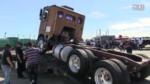 大货车上挂车耍帅秀技术,结果悲剧了,司机崩溃了!