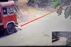 这位司机倒霉了, 修车时手刹失灵, 被自己大货车碾轧, 保险都不赔