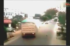 大货车刹车失控为救孩子, 不料把路边一群人害了, 惊魂一幕被录下