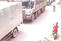 大货车正在堵车的时候, 自行车见缝插针, 太惨了