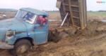 卡车陷在泥地里, 司机加大油门也出不来, 下车合个影吧