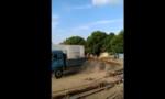 实拍卡车司机卸货一脚刹车搞定
