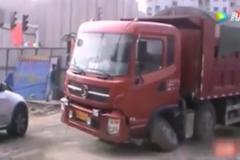 大货车超载近三倍,车轴直接被压断!