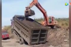 货车都这样了,挖掘机照样给货车装沙土!