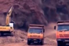 2台货车都吓跑了, 就挖掘机淡定不动!
