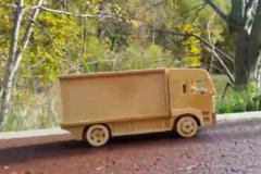 牛人用木头做的卡车模型, 还是电动遥控的, 真心想自己做一个!