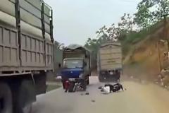 小两口过马路, 拐弯时超车大货车, 监控拍下揪心一幕!
