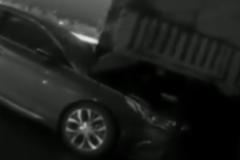 货车司机一脸懵:我停车在服务区睡觉,你撞我干啥?!