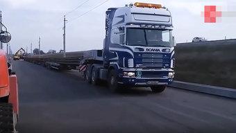 这货车目测有十万八千米长,猛一看还以为是一辆火车