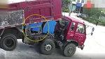 驾驶员违规检修大货车 车斗落下司机遭重压