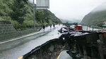 暴雨山洪导致路面塌陷 大货车侧翻小面包被困