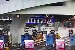 刹车失灵,司机紧握方向盘避开了收费站