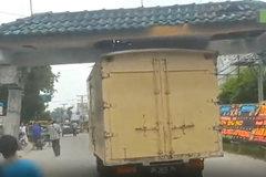 奇葩的车祸,大货车拖着拱门行驶,要不是拍下谁相信?