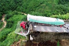"""""""死亡之坡""""上货车失控冲出悬崖 大网兜救两司机性命"""