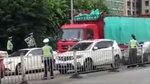 佛山一大货车冲卡拒检连撞14辆车,警方开6枪示警