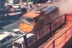 恐怖!山东青州一大货高速冲向排队小车 伤20人损13车