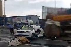 货车急刹甩出20吨重钢卷 小轿车被砸扁致司机当场身亡