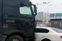 货车推行小车数十米,货车司机竟全然不知
