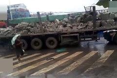 一辆满载电石的货车遇雨水爆炸,损失惨重