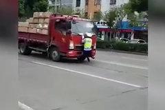 不配合检查,绍兴一货车冲撞执勤人员