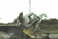 这是我见过的最牛的路障,大卡车撞上立马解体