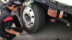 第一次见日本流动修车的,看他如何修补瘪掉的轮胎的