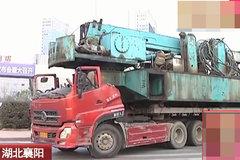 货车敞篷拉吊车,交警:晓得这样危险吧?司机:废话!