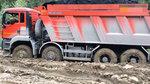感受下俄罗斯拉煤的超载大货车,在泥泞的道路上挣扎着