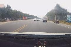 老司机开车就是稳,无声无息化解一场车祸!
