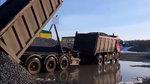 运输石子的8X4曼卡车牵引全挂车厢,看看是如何卸车的