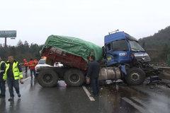 湖南高速多起事故,车子被撞的严重变形,配件散落一地